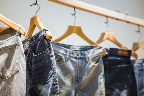 jeans pendus à des cintres